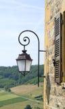 przeciw rocznik wiszącej latarniowej ulicznej ścianie Obrazy Royalty Free