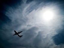 przeciw samolotowi nieba chmurniejący słońce Obraz Stock