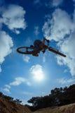 przeciw skokowemu rowerzysty słońcu Obraz Stock