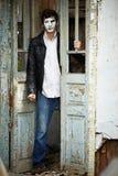 Przeciw staremu drewnianemu drzwi faceta mim. Fotografia Stock