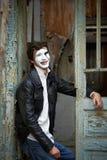 Przeciw staremu drewnianemu drzwi faceta mim. Fotografia Royalty Free