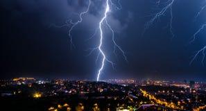 przeciw tła miasta zmroku błysku ramie ponurzy domy opuszczali błyskawicie boczną niebo burzę Fotografia Stock