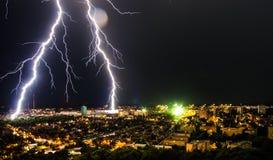 przeciw tła miasta zmroku błysku ramie ponurzy domy opuszczali błyskawicie boczną niebo burzę Obraz Royalty Free