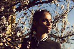 przeciw tła pojęcia kwiatu wiosna biały żółtym potomstwom Piękna dziewczyna w wiosna parku z kwiatami Zdjęcia Stock