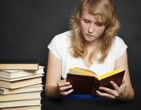przeciw tło książce zmrok czyta kobiet potomstwa zdjęcie royalty free