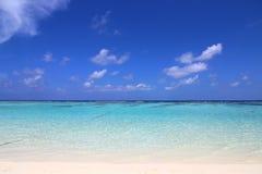 Przeciw tłu chmura niebieskie niebo i piękna lazur woda Maldivian krajobraz zdjęcia stock