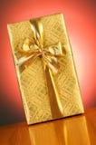 przeciw tła pudełka prezentowi obrazy stock