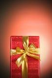 Przeciw tłu prezenta pudełko obraz royalty free
