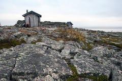 Przeciwawaryjna buda w tundrze w Urho Kekkonen parku narodowym Zdjęcia Royalty Free