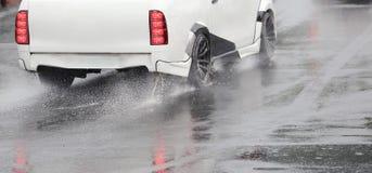 Przeciwawaryjny międlenie samochód na mokrej drodze Fotografia Stock