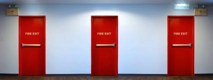 Przeciwawaryjny pożarniczego wyjścia drzwi czerwony kolor Obrazy Royalty Free