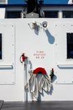 Przeciwawaryjny Pożarniczy wąż elastyczny na Ferryboat Obrazy Stock