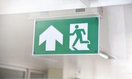 Przeciwawaryjny Pożarniczy wyjście Podpisuje wewnątrz Zielonego kolor Obrazy Stock
