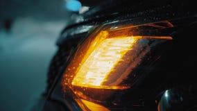 Przeciwawaryjny samochodowy ostrzegawczy światło na tle poruszający samochody na nocy drogi mieście Zima drogowego ruchu drogoweg zbiory