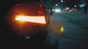 Przeciwawaryjny samochodowy ostrzegawczy światło na tle poruszający samochody na nocy drogi mieście Zima drogowego ruchu drogoweg zdjęcie wideo
