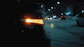 Przeciwawaryjny samochodowy ostrzegawczy światło na tle poruszający samochody na nocy drogi mieście Zima drogowego ruchu drogoweg zbiory wideo