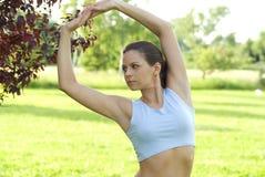 przeciwko ćwiczyć dziewczyny łąkowego sport niebo Zdjęcia Royalty Free