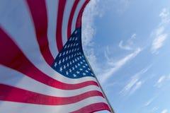 przeciwko amerykańskiemu niebieską flagę niebo zdjęcie stock