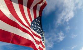 przeciwko amerykańskiemu niebieską flagę niebo fotografia stock
