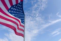 przeciwko amerykańskiemu niebieską flagę niebo obraz royalty free