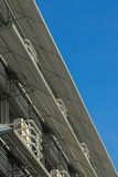przeciwko błękitnemu budynku biura niebo Fotografia Stock