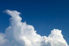 przeciwko błękitnemu nieba bielowi chmury Zdjęcie Royalty Free