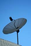 przeciwko czarnym błękitnemu naczynie satelity niebo Zdjęcie Royalty Free