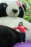przeciwko gigantycznej opartej pandę lalki Fotografia Royalty Free