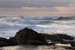 przeciwko skał fale oceanu zdjęcia royalty free