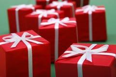 przeciwko tło prezentów zielone obraz stock