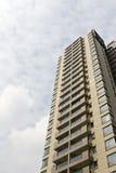 przeciwko zbudować chmurnego nowoczesnego mieszkaniowego niebo Zdjęcia Royalty Free