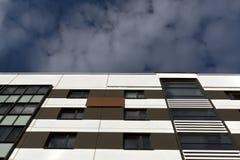 przeciwko zbudować chmurnego nowoczesnego mieszkaniowego niebo Obraz Stock