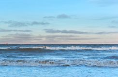 Przedświt godzina na morzu, czerwieni łuna, delikatnie różowy zmierzch obraz stock
