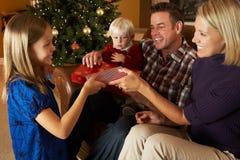 Przed Choinką Otwarcie rodzinne Teraźniejszość Fotografia Royalty Free