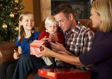 Przed Choinką Otwarcie rodzinne Teraźniejszość Zdjęcia Stock