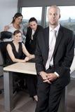 Przed jego kolegami szef męska pozycja Zdjęcia Royalty Free