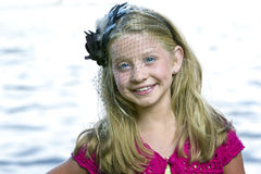 Przed jeziorem małej dziewczynki śliczna pozycja fotografia royalty free