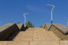 Przed niebieskim niebem kamienny schody Obraz Stock