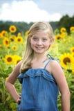 Przed słonecznika polem piękna mała dziewczynka fotografia royalty free