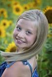 Przed słonecznika polem piękna mała dziewczynka zdjęcie stock