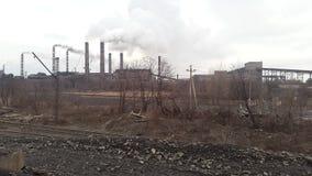 przed wieczorem tła nieba rury dymu Minować i zakład przetwórczy Ukraina Krivoy Rog zbiory