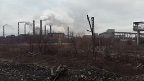 przed wieczorem tła nieba rury dymu Minować i zakład przetwórczy Ukraina Krivoy Rog zbiory wideo