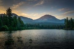 Przed świtem, Lassen szczyt, Lassen parka narodowego ` Zdjęcie Royalty Free