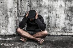 przedawkuje azjatykciego męskiego narkomanu z problemami, mężczyzna w kapiszonie z Obrazy Stock