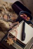 Przedmiot fotografia Na windowsill kłamstwa książce, Notepad, piórze, szkło skrzynce, ciastkach, termoz i kubku z rozmyślającym w zdjęcia stock