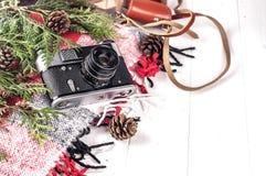 Przedmiota odgórnego widoku stylu życia podstawy artysty Retro rocznik filmują kamerę i koc Zdjęcie Stock