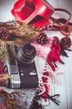 Przedmiota odgórnego widoku stylu życia podstawy artysty Retro rocznik filmują kamerę i koc Zdjęcie Royalty Free