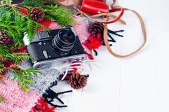 Przedmiota odgórnego widoku stylu życia podstawy artysty Retro rocznik filmują kamerę i koc Fotografia Stock