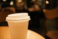 Przedmiota tła białej kawy szklany miejsce na wierzchołka stole w resta Fotografia Royalty Free