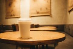 Przedmiota tła białej kawy szklany miejsce na wierzchołka stole w resta Zdjęcia Stock